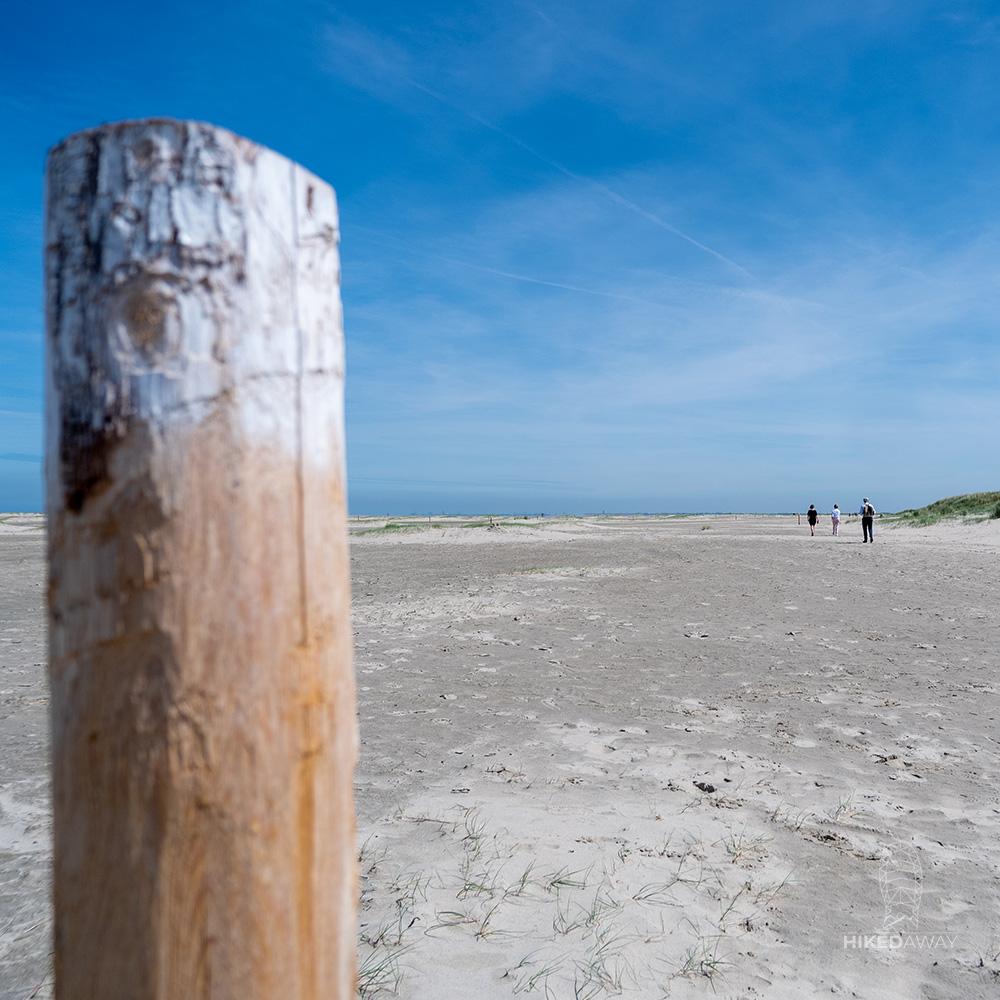 Een paaltje op het strand